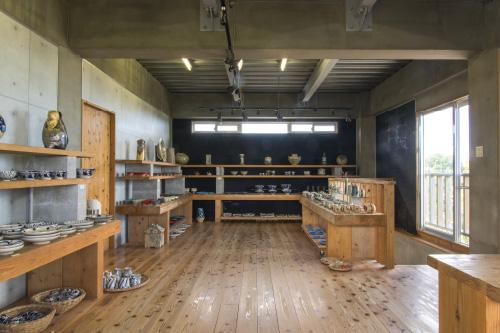 工房2階のギャラリーにて陶器工房